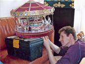 Reparatur eines antiken Miniaturkarussells